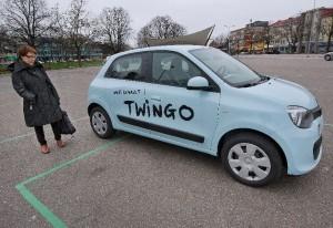 Uusi Renault Twingo viehättää Raija Kivimäen silmää. Auton moottori on sijoitettu taka-akselin päälle. Etupellin alla ei ole tavaratilaa edes asiakirjasalkulle, vaikka niin voisi kuvitella. Siellä lymyävät akun lisäksi moottorin tarkastuskohteet, kuten öljytikku sekä tuulilasin pyyhkimien nestesäiliö.