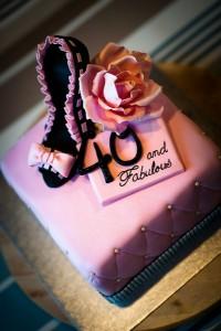 40-vuotispäiville tehty kakku sisälsi muhkeasti koristeita: korkokengän, ruusun ja roimasti bling blingiä. Aivan kuten asiakas oli toivonut.