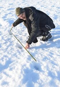 Perniöläinen Jarmo Markkanen mittasi ja seurasi suden jälkiä pitkään Kiskossa, ennen kuin varmistui, että kyseessä oli susi.