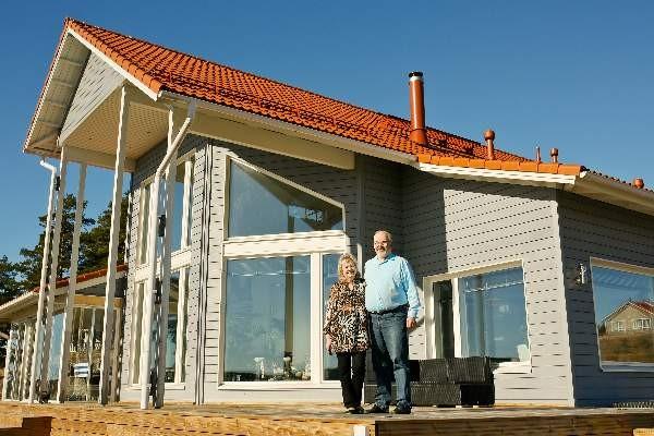 Päivi ja Esko Miikkulainen rakensivat eläkepäiviä varten uuden talon Strömmaan.