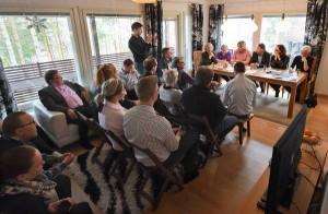 Salolaisen Sanna Lundströmin kotonaan järjestämään olohuonetenttiin osallistui yli 30 kansalaista kuuntelemaan, mitä kansanedustajaehdokkaat vastasivat kiperiin kysymyksiin. Kuva: Minna Määttänen