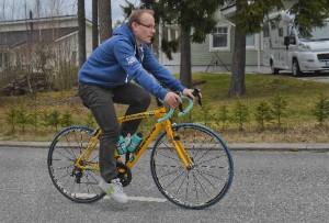 Petri Lindholm on jo saanut pyörätapahtumaan kuuluvan menopelin, joka on keltainen. Keltainen asu on vasta tulossa hänelle. Kuva: Minna Määttänen