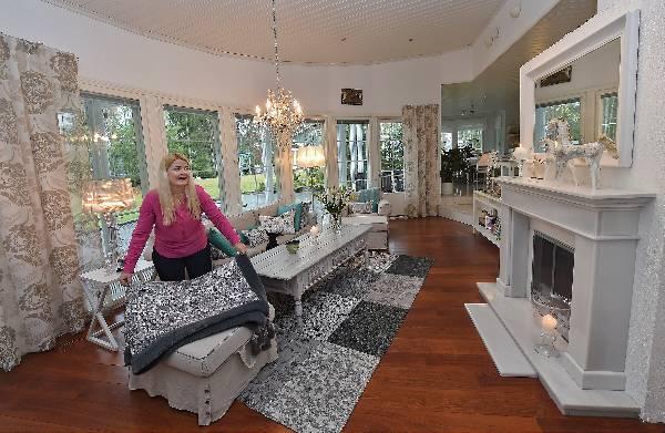 Katja Lahden kodissa on satsattu tekstiileihin. Olohuoneen matto ja ylellinen peite ovat samaa tyyliä. Sohvalla on iso joukko tyynyjä. Manttelitakka on varaava ja kodin keskellä.