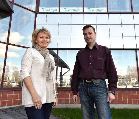 Salon yrittäjien yhteyspäällikkö Sari Örling ja Kim Nivalinna toivovat seudun nuorten yrittäjien tiivistävän yhteistyötä.