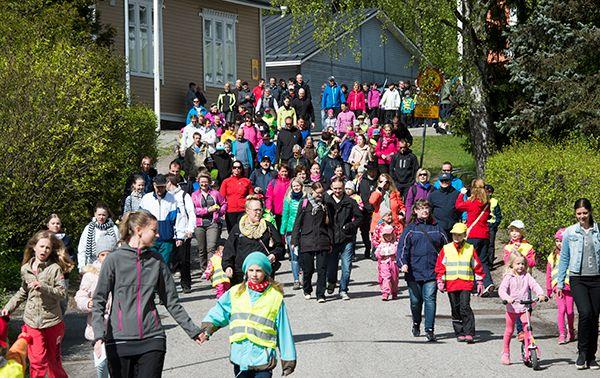 Pajulan koulun puolesta lähti kävelemään parisataa ihmistä.