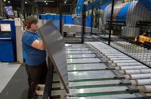 Seppo Niemi työskentelee laivahytin ovien osia särmäävällä taivutusautomaattikoneella Antti-Teollisuudessa. Kuva: SSS/Minna Määttänen