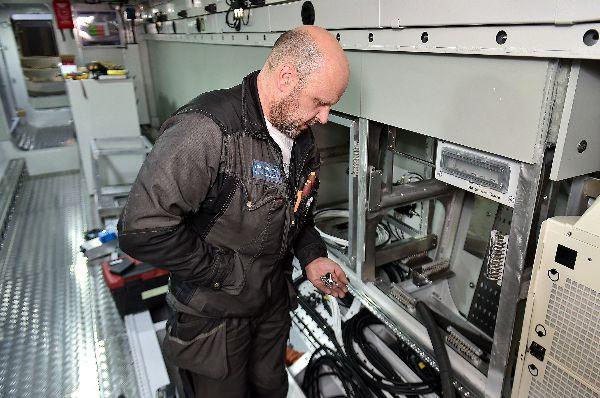 Teijon veneteollisuus työllistää muun muassa sähköasentaja Karl Hanssonin, joka sanoo leikkisästi painavansa haalarit päällä seitsemän kiloa enemmmän, niin paljon hänellä on taskuissaan mukana erilaisia tarvikkeita. Kuva: SSS/Kirsi-Maarit Venetpalo