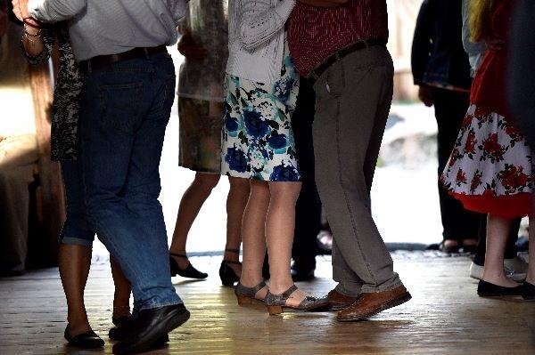 Humpparallissa tanssivat sulassa sovussa aloittelijat ja kokeneet tanssijat.