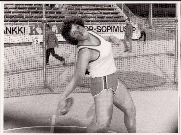 Ulla Lundholm heitti 23.8. 1983 Helsingissä kiekonheiton SE:n 67,02. Sama tulos samassa ringissä olisi kaksi viikkoa aiemmin heitettynä riittänyt MM-kotikisoissa pronssimitaliin. Siinä tapauksessa Ulla Lundholmin nimi olisi jäänyt ikuisesti yleisurheilukansamme mieleen muutakin kuin todennäköisesti ikuisesti säilyvän SE:n kautta.