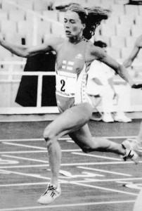 Sisko Hanhijoki on Suomen kautta aikojen tilaston kolmanneksi paras sadalla metrillä ja toiseksi paras 200 metrillä. Edellä ovat vain Mona-Lisa Pursiainen molemmissa lajeissa sekä Helinä Marjamaa satasella.