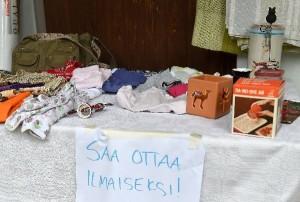 Jonna Sillanpään ja Saara Kujanpään pihakirppiksellä oli pöytä, josta halukkaat saivat napata tavaroita mukaan ilmaiseksi.