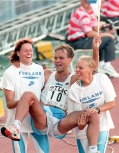 Tina Rättyä (vas.) jäi urallaan enemmän tai vähemmän muiden varjoon. MM-kisoissa hän sijoittui kolmesti 16 parhaan joukkoon, ja 1995 Göteborgissa roolina oli myös tuoreen maailmanmestarin Valentin Konosen nostaminen kultatuoliin yhdessä Tiia Hautalan kanssa. Kuva: Lehtikuva/Jaakko Avikainen
