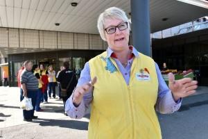 Luottamushenkilö Tiina Saari sanoo, että valtaosa alan työntekijöistä on osa-aikaisia ja lisillä on iso merkitys palkkaan. Kuva: SSS/Kirsi-Maarit Venetpalo