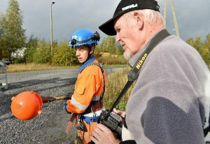 Mikko Salonen Elteliltä asensi vuorollaan lintupalloa. Työtä seurasi Lauri Laukkanen. Kuva: SSS/Kirsi-Maarit Venetpalo