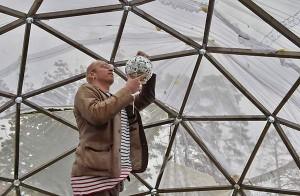 Otso Kautto viimeisteli perjantaina metsädiscon asentamalla discopallon juhlatilan katolle.