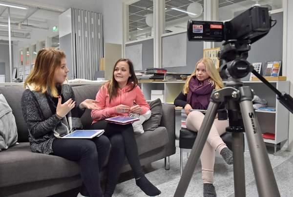 Nora Mälkiä (vas.), Verna Heikkilä ja Netta Männistö olivat toteuttamassa voittovideota.