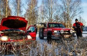 Navagantuk Sharman matka Tampereelle tyssäsi jo lähtöruutuun, kun auto ei tyhjentyneen akun takia startannut. Tero Salon mukaan tällainen keikka on hinausliikkeille kaikkein yleisin kovilla pakkasilla.