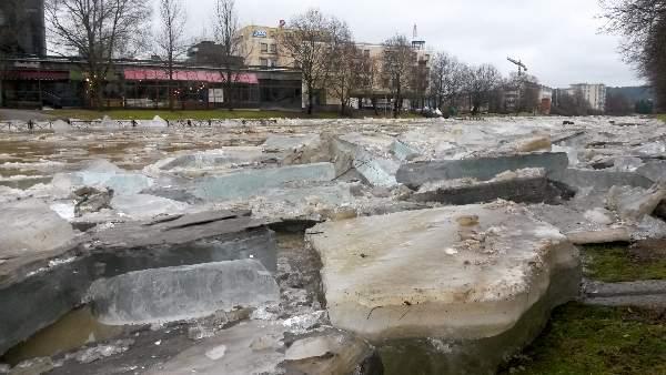 Keijo Salmela kuvasi jäidenlähtöä Salonjoen rannassa. Lohkareet nousivat pyöräteille.