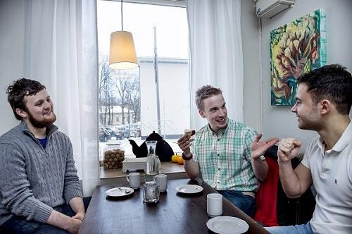 Henry Turner (vas.), Pekka Toivonen ja Eduardo Suárez tapaavat usein ruuan merkeissä, joko lounaalla tai kahvilla. Turner ja Suárez ovat kumpikin oikeustieteen opiskelijoita, jotka tapaavat toisiaan useilla luennoilla. Turun yliopiston kansainvälisestä tutorista Pekka Toivosesta on tullut miehille uusi ystävä.  Kuvat: TS: Jori Liimatainen