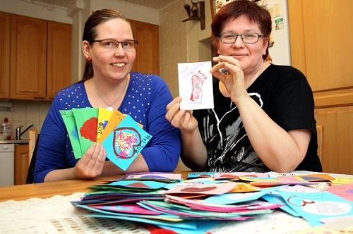 Hyvää ystävänpäivää, toivottavat kaverukset Jaana Näpärä ja Kristiina Santahuhta, jotka ovat koonneet lasten askartelemia ystävänpäiväkortteja alueen vanhuksille.