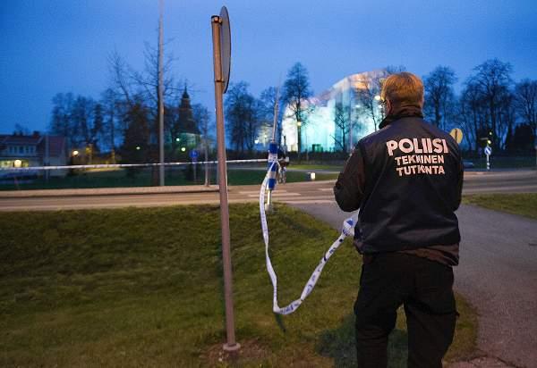 Poliisi tutkimassa rikospaikkaa Halikossa, jossa mies tulitti kohti poliisiautoa marraskuussa 2014. Nyt sama mies on syytettynä hormonikaupasta.