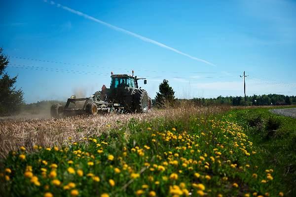Maatilojen ongelmat ovat kasautuneet, koska maataloustukia on ajettu alas ja tukien maksatus on siirtynyt.