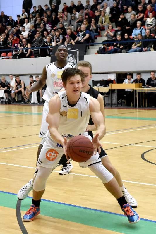 PeU-Basketin 18-vuotias Jesse Räkköläinen pelasi miehekkään ottelun täydessä Urheilutalossa.