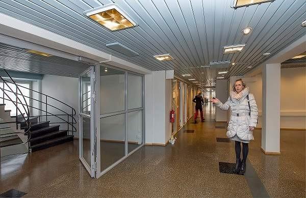 Palveluesimies Helena Stenroos on tyytyväinen Salon te-toimiston uusiin tiloihin Torikadulla.