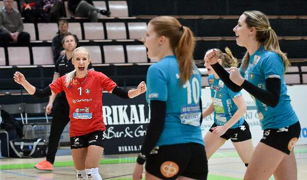 OrPon libero Hillaelina Hämäläinen (vas.) kohtaa välierissä entisen seuransa.