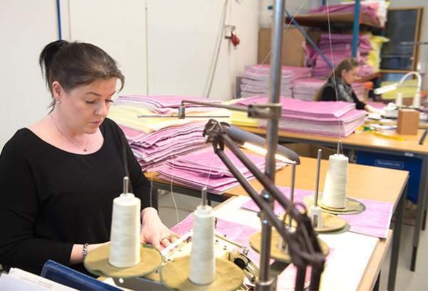 tuotantotyöntekijä Terhi Nikander on valmistanut suodattimia vuodesta 2013.