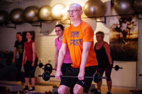 Fitness-alfan toi Saloon pastori Erkki Kiiski. Viime torstaina kurssilaiset kävivät Bodypump-tunnilla.
