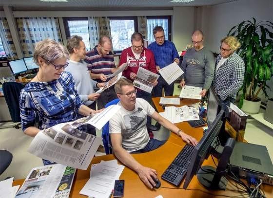 Ensimmäistä tabloidia tehtiin maanantaina illalla kovaa vauhtia. Päätteen ääressä Ari Määttänen. Vasemmalta Helka Pyykkönen, Ville Pohjonen, Olli Mäntylä, Janne Suovuori, Veli-Pekka Ekström, Jukka Ruissalo ja Mika Hiisivirta.