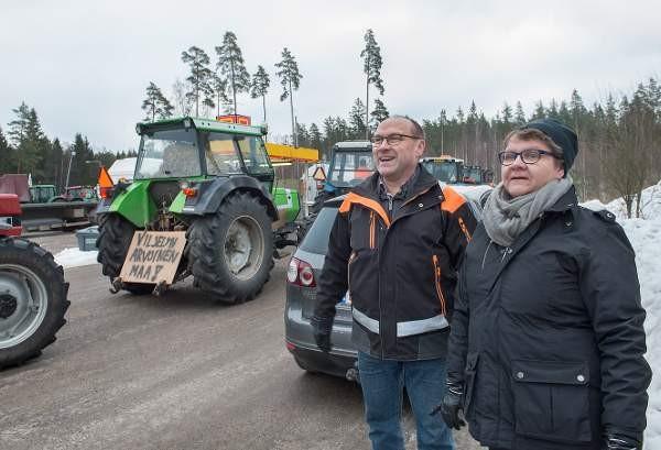 Koskelaiset Martti ja Hannele Mäkitalo matkalla traktorimarssille Senaatintorille