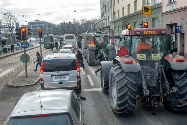 Traktorit ruuhkauttivat katuja Helsingissä.