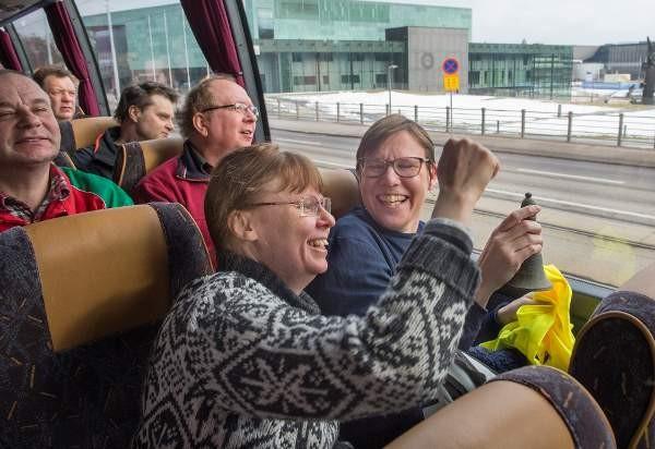 Somerolaiset Kaija Pirttilä (vas.) ja Katja Noki tevehtivät tuttua traktorimarssiin osallistunutta matkalla Senaatintorille mielenosoitukseen.