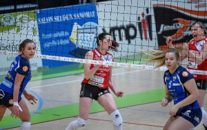 Punapaitaisten viestiläisten Lena Lymarevan ja Jenni Hiltusen sekä Vampulan Essi Helmisen (vas.) ja Laura Iltasen ilmeistä näki, kuinka tämä piste päättyi.