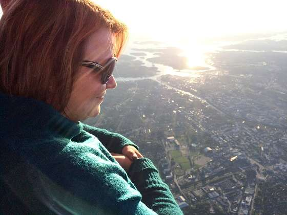Maija Laihinen nauttii maisemasta Turun yllä.