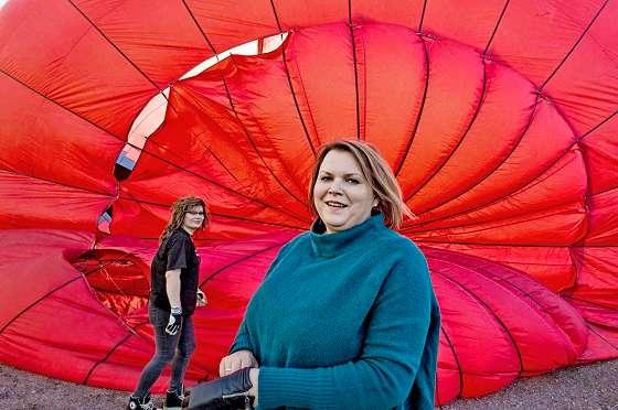 Sari Larsson (vas.) ja Maija Laihinen avaavat pallokangasta, jotta ilma täyttää maassa makaavan pallon. Tämän pallon täyttäminen ilmalla kesti noin 10 minuuttia. Kuva: TS/Jari Laurikko