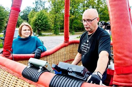 Maija Laihinen kuuntelee kuumailmapallolentäjä Petteri Rätön neuvoja ennen lentoa. Rättö on lentänyt kuumailmapalloja kuusi vuotta. Kuva: TS/Jari Laurikko.