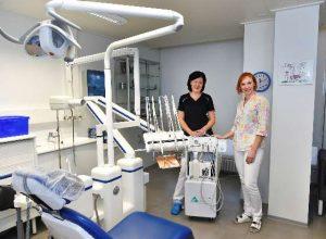 Reissuhampaan suuhygienisti Päivi Suikkanen (vas.) ja hammaslääkäri Kairi Kirs esittelevät siirrettävää suunhoitoyksikköä.
