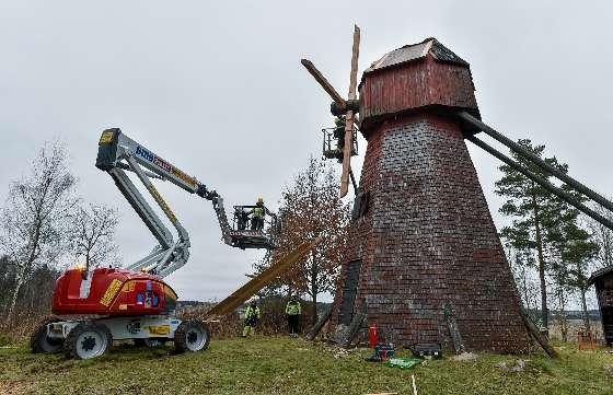 Tuulimylly on korjaajille haastava kohde korkeuden ja painavien materiaalien vuoksi. Kuva: SSS/Kirsi-Maarit Venetpalo