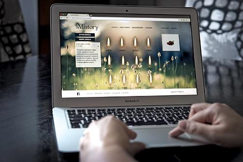 Perinteinen tapa toimii myös digitaalisesti. Mistoryn suosituin toiminta on kynttilän sytyttäminen.
