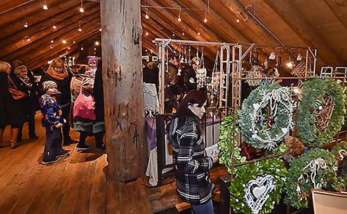 Rikalanmäen joulumarkkinat Salossa järjestetään myös tänä vuonna juuri ennen itsenäisyyspäivää. Kuva on viime vuoden markkinoilta. Kuva: SSS/Minna Määttänen.