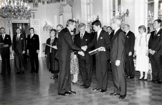 Presidentti Mauno Koivisto jakoi Tasavallan presidentin vientipalkinnon Nokia-Mobiralle vuonna 1987. Yhtiön puolesta huomionosoituksen vastaanottivat Jorma Nieminen, Simo Vuorilehto ja Lauri Lindroos.