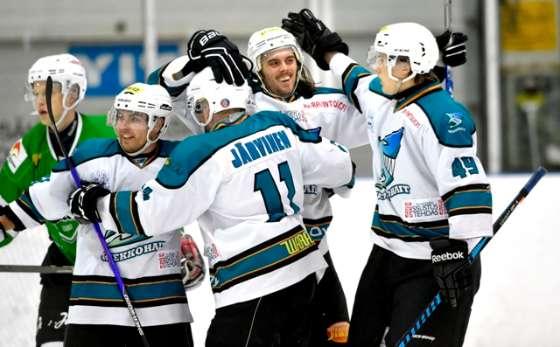 Kiekkohaiden Henri Lukkarinen, Tuomas Järvinen, Kyle Moffett ja Elias Lehto (oik.) juhlivat 5-2-maalia toisen erän alussa.