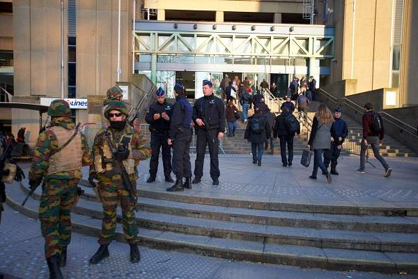 Sotilaat ja poliisi partioivat Brysselissä, North Stationin edustalla keskiviikkona. Lehtkuva / AFP / Belga / Nicolas Maeterlinck.