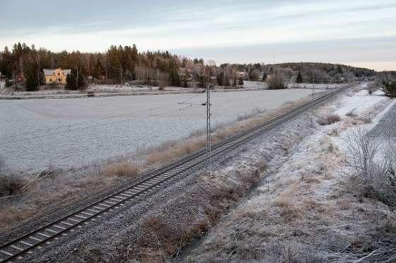 Junarata halkoo maisemaa Hajalassa. Salo aikoo selvittää, voisiko ratalinjausta tai tielinjauksia hyödyntää hyperloopin testiputken rakentamisessa.
