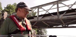 Merimaili-ohjelman juontaja testaa Strömman kanavan sillan alituksen. Veneessä on mukana myös Yrityssalon Maija Pirvola.