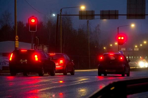Poliisi sakottaa Varsinais-Suomen ja Satakunnan alueella vuosittain useita satoja ajoneuvon kuljettajia, jotka ajavat päin punaista.