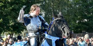 Ritari Mikko Hokka turnajaistaiston tiimellyksessä.